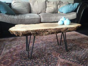 Salontafeltje met een massief stuk hout als blad