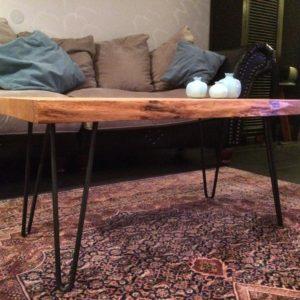 Salontafeltje met boomstam tafelblad vanuit ander perspectief