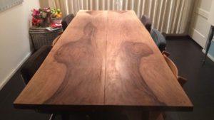 Bijzondere verkleuring van donkere tafel