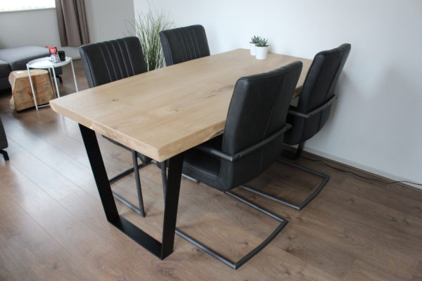 Eettafel voor vier personen met trapezevormige poten