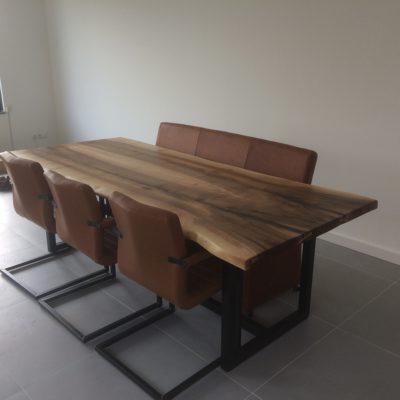 Eettafel van Europees notenhout met vierkante poten