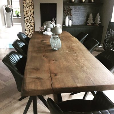 Eettafel met donker tafelblad