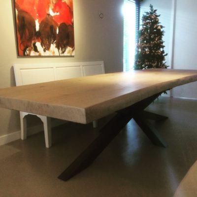 Grote tafel met dik, zwaar blad en x-vormig onderstel