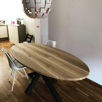 Ovale eettafel met houten poten