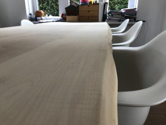 Close-up van tafelblad waar de nerven van de esdoorn goed zichtbaar zijn