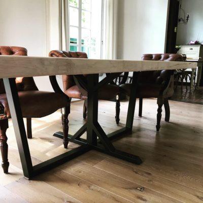 Lange tafel met bijzonder onderstel