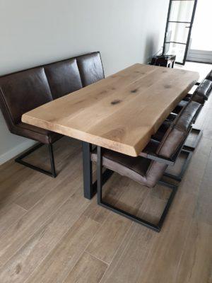 Eettafel met metalen vierkante pootcontractie
